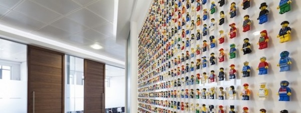 1200-LEGO-People-A-Carefully-Crafted-Office-Interior-1-600x399